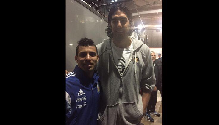 Lionel Messi y la selección argentina se robaron la atención un partido de la NBA. Luis Scola con Sergio Aguero. March 26, 2015.