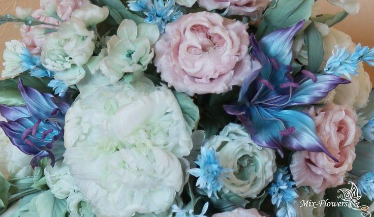 Шелковая флористика. Интерьерный букет «Маргарита» Выполнен на заказ, в составе более 100 различных цветов (несколько видов роз, пионы, королевские лилии, левкои, каскады из маленьких цветочков и веточек).