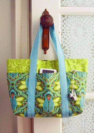 This simple bag cleverly incorporates six outer pockets for everyday necessities. The sew-simple trick is that the pockets are formed when the straps are sewn on the bag pieces.