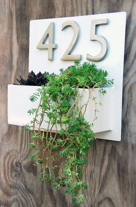 Bienvenidos a casa. Esta placa de pared moderna plantador & Dirección agrega elegancia y estilo a la fachada de su casa con elegante calle números de