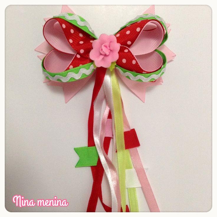 Laço de Festa Junina para cabelo colorido com bandeirinhas. Pode ser feito no bico de pato ou na tiara