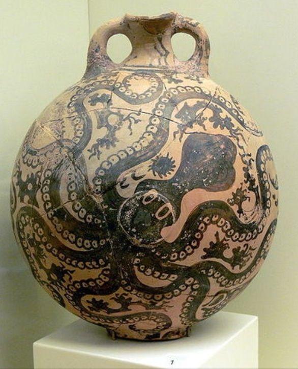 Brocca con polipo - 1550-1500 a.C. - ceramica dipinta - da Paleokastro - museo archeologico di Heraklion, Creta. È rappresentato un polpo che nuota immerso nel fondale marino e dirama i suoi tentacoli tra le alghe e i coralli. Lo stile è realistico e non schematico, infatti il polpo sembra avvolgere completamente con i suoi tentacoli la superficie del vaso.