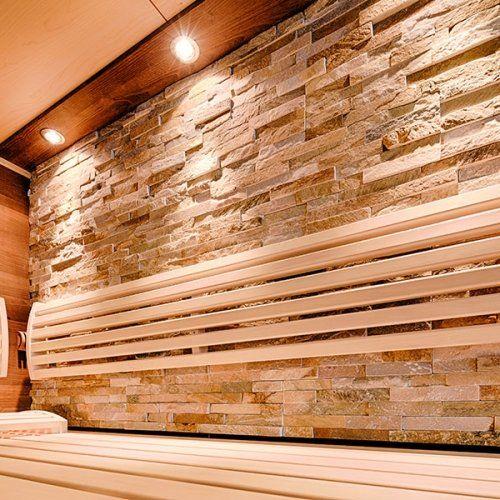 Moderne Sauna mit Verwendung von Holz, Stein und Glas sowie indirekter Beleuchtung.