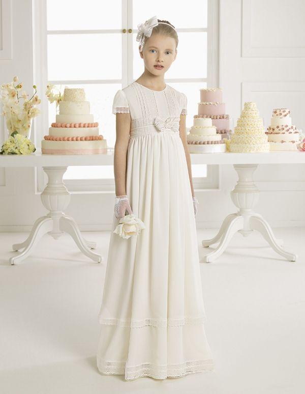 Foto 20 de 24 Melinda: Traje de comunión corte imperio y falda recta con detalle de flores bao el pecho | HISPABODAS
