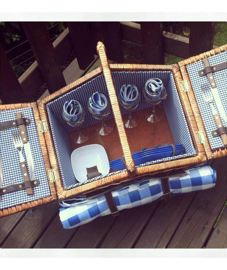 Canasta 4 Puestos Azul - Incluye: 4 platos, 4 tenedores, 4 cuchillos, 1 sacacorcho, 4 servilletas de tela, 1 mantel y 4 copas. $425.000 COP (Envío gratis). Cómprala aquí--> https://www.dekosas.com/productos/le-panier-canasta-picnik-4-puestos-azul-detalle