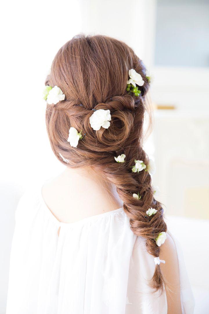 フラワーシャワーを思わせる花を散らすヘアアレンジ。ねじり留めや三つ編み、編み込みなどは小花との相性抜群♪