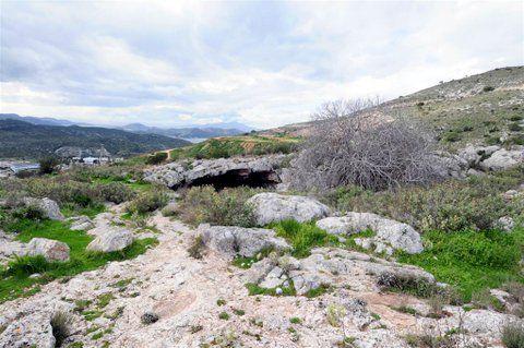 Ο αρχαιότερος    κάτοικος της Αττικής ζούσε στο όρος    Αιγάλεω με θέα τη θάλασσα, κυνηγούσε    στα δάση της περιοχής ελάφια, ψάρευε ...