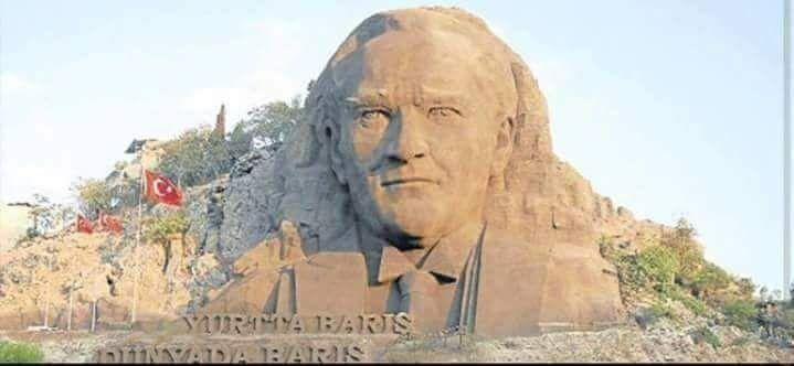"""İzmir Buca'da yapılan dev Atatürk heykelinin maliyeti tam 4.2 milyondur ve sadece kafası vardır.bunun yerine millete daha hayırlı birşeyler yapsaydınız diyen bir kişiye Buca belediye başkanının cevabı """"dua edin heykeli tam yapmadık tam yapsak atamın taşaklarına çimento yetmez """"diye cevap vermiştir."""