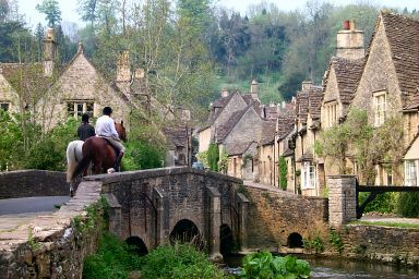 10 mins from Bath - Castle Combe, Wiltshire - Riding over the bridge