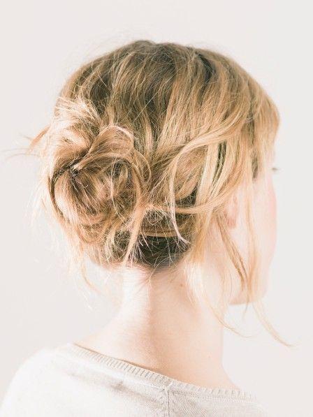 Nachts die Haare zusammenbinden? Macht das Sinn? Wir sagen: ja! Und genau aus einem Grund.