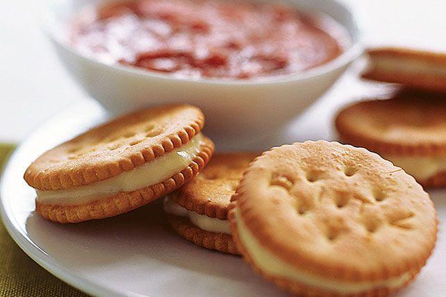 Ces bouchées onctueuses de biscuits RITZ et de mozzarella ont la texture moelleuse des bâtonnets de fromage frits, mais elles sont cuites au four.