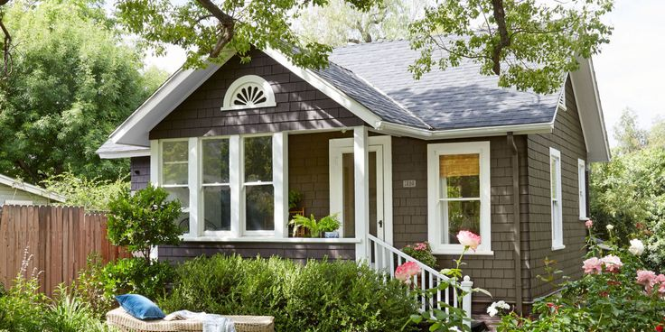 This cottage might be less than1,000-square-feet, but that doesn't stop it from being one of the most well-designedhomes we've ever seen.