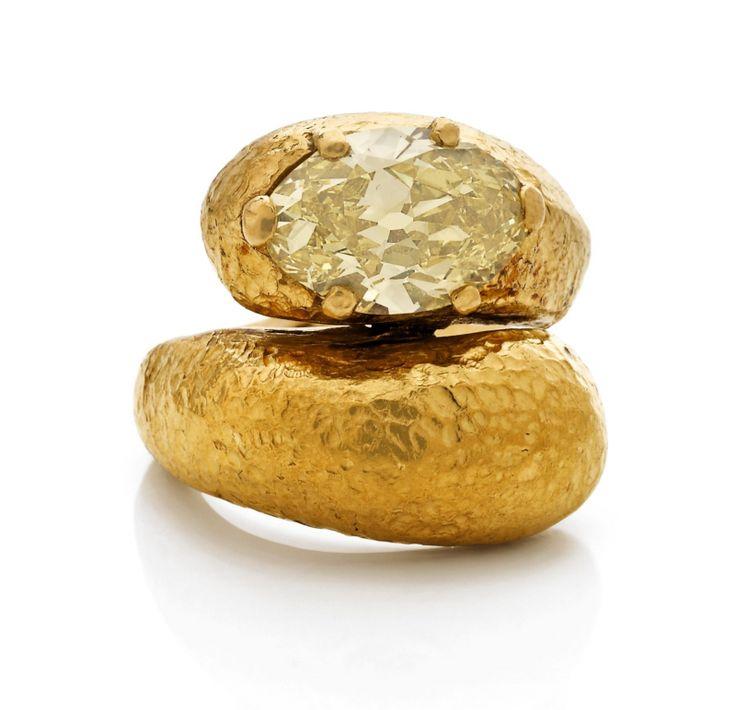 sSUZANNE BELPERRON YIN YANG Bague en or jaune martelé à deux spatules, l'une sertie d'un diamant jonquille ovale. Bijou créé en 1923. Travail de Belperron. Aucun poinçon.