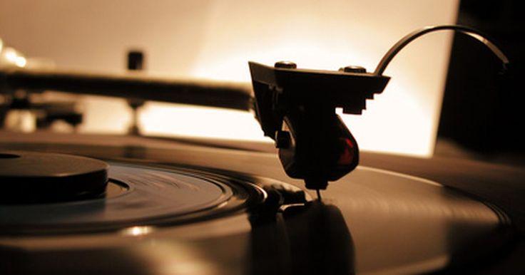 Cómo convertir discos de vinilo a MP3. Muchos fanáticos de la música prefieren vinilo que casetes, CDs y MP3s. Sin embargo, el vinilo tiene muchas limitaciones. Estos discos no son portátiles, y no hay manera fácil de grabarlos en un CD o escucharlos en una computadora o dispositivo de música portátil. Toma tu colección de vinilos del siglo 21, convierte tus viejos discos a MP3 ...