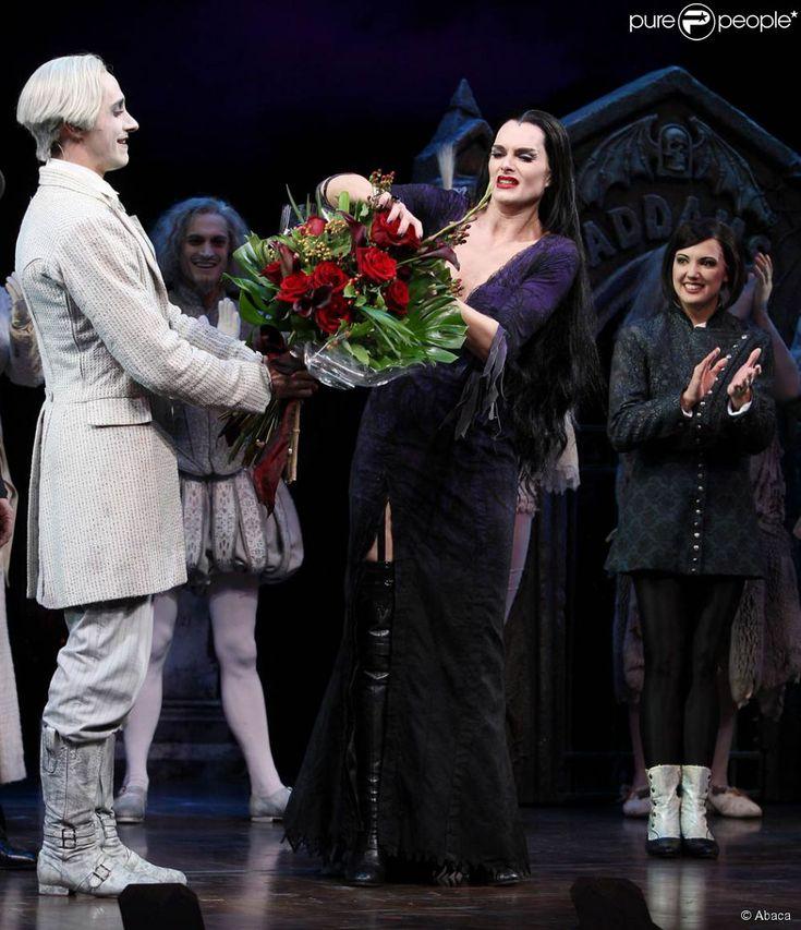 Brooke Shields en Morticia dans la comédie musicale La Famille Addams. 7 juillet…