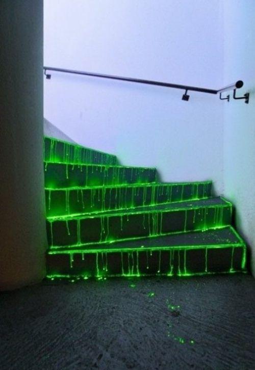 leuchtstab flüssigkeit grün gruselig halloween treppen