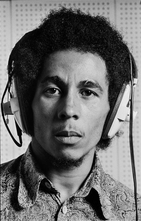 """Bob Marley que trabalhava no estúdio sobre o """"Eu posso ver claramente agora """" LP , Londres, 1971 por Alec Byrne ."""