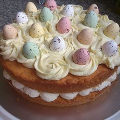 Het is weer bijna Pasen, dus bij deze een recept voor een lekkere taart! Door de gekleurde eieren op de bovenkant ziet de taart er extra vrolijk uit. In dit recept gebruik ik lemon curd. Je kunt dit in grotere supermarkten gewoon kopen, deze kun je vinden bij de jam. Ik maak de lemon curd…