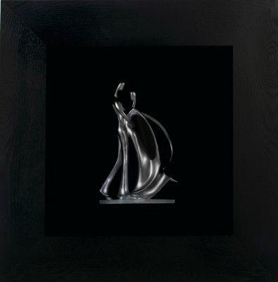 Obraz przestrzenny Dancing couple rzedstawia tańczącą parę. Kombinacja grubej, drewnianej ramy i ręcznie wykonanej z jednego kawałka drewna rzeźby tańczącej pary świetnie współgrają ze sobą i tworzą kompozycję, obok której nie przejdzie się obojętnie.