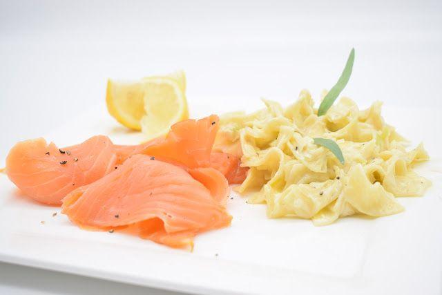 Dominique's kitchen: Pasta met gerookte zalm en prei - Pasta with smoke... PASTA MET GEROOKTE ZALM EN PREI PASTA WITH SMOKED SALMON AND LEEK   Nieuwsgierig naar het recept? Klik op onderstaande foto. Curious for the recipe? Click on the picture below.   #boter #butter #citroen #cream #garlic #knoflook #leek #lemon #prei #room #salmon #shallot #sjalot #tagliatelle #wijn #wine #zalm