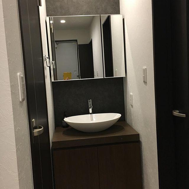 玄関入ってすぐ洗面台☺︎我が家は、サンワカンパニーのエリッセコッコがお出迎えです。・2階に洗面所&浴室があるので、1階に手洗いをつけたかったのです。向かって左はトイレで、向かって右のドアを開けるとダイニング。キッチンのシンクがあります。トイレからでても、みんなこの洗面所スルーしてキッチンで洗ってます(˃̣̣̥ω˂̣̣̥)確かに、今の時期ここは寒いし・・・。・トイレの手洗いや、子供の泥汚れとかは、きちんと洗面所で洗いたいなーと思ったけど、案外使わないのかも(^^;・でも私はこの洗面台が気に入っているので、絶対ここで洗います。・#web内覧会#洗面台#洗面ボウル#サンワカンパニー#エリッセコッコ#マークスアンドウェブ#アクセントクロス#注文住宅#インテリア#マイホーム記録 - ブツドリソーシャル