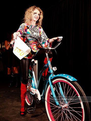 Vélo & Vintage Fashion Show  é um desfile de moda de bicicleta, que destaca ciclismo  urbano como um modo inteligente, elegante e moderno d...