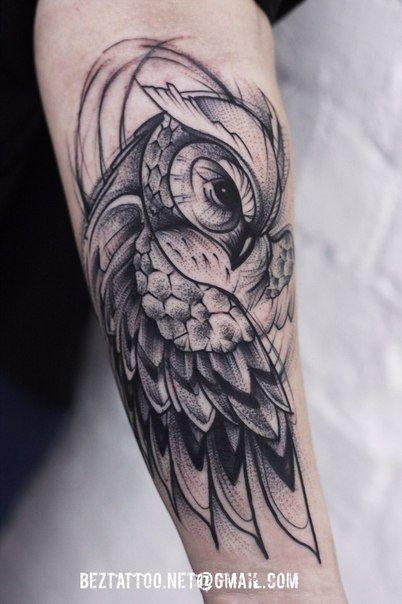 Tatuagem de uma coruja cobrindo seu próprio corpo com as asas