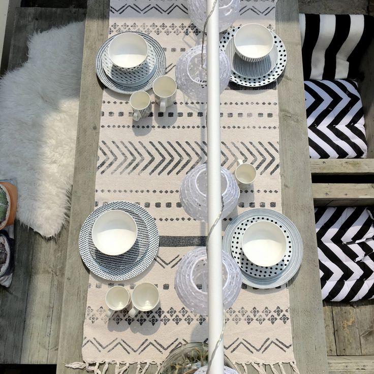 Gedekte tafel met zwart wit Xenos servies.