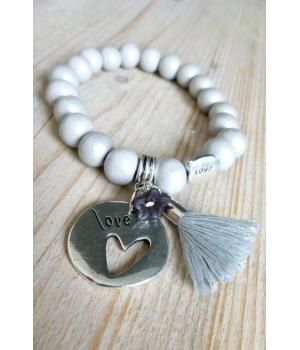 Mooi armbandje van ons eigen label Livia. Gemaakt van lichtgrijze houten kralen, een prachtige LOVE-bedel, een hip kwastje en klein sterretje. Elastisch en 18cm en 100% handgemaakt!