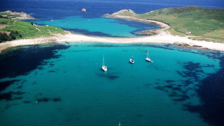 Weiße Strände, grüne Palmen, entspannte Menschen – die Scilly-Inseln vor der Küste Cornwalls kommen einem fast tropisch vor, wäre das Meer nur nicht so kalt. Auch die Royals kommen gern hierher.