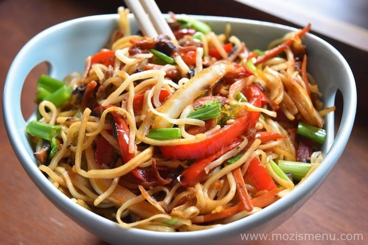 Indo-Chinese Veg Hakka Noodles / Chow Mein is a Chinese noodle dish with an Indian twist made with stir-fried noodles, veggies, and a variety of sauces.
