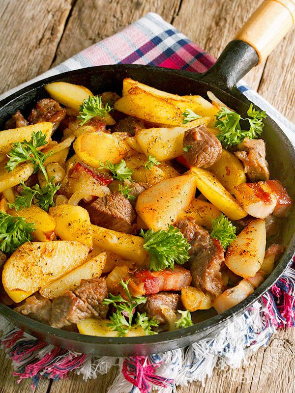 La Padellata di manzo con patate e pancetta: un secondo piatto semplicissimo da preparare, saporito e che vi conquisterà con la sua estrema bontà.