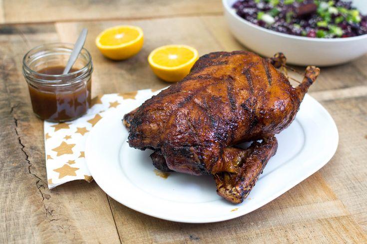 Recept voor een hele eend uit de oven met een Chinees tintje. Met deze geroosterde eend met sinaasappelsaus steel je de show met Kerst.