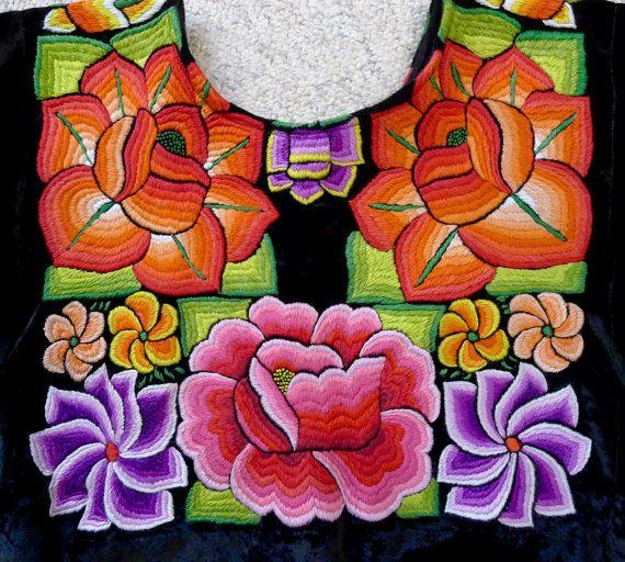 Se trata de una auténtica blusa usada por las mujeres de Tehuantepec/Juchitan Oaxaca. Como una fuerte sociedad matriarcal las mujeres son muy sociales, asistir a muchas de las partes llamada Velas y cambiar sus trajes de gala elaborados por otros nuevos. Es una suerte para usted - como algunos de los estilos más elaborados y más viejas se venden como artículos de coleccionista. Pueden ser ajustados tomando en los lados de la blusa para hacerlos más pequeños. Es una simple costura recta y…