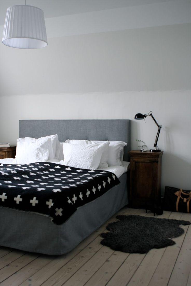 Sovrummet har fått sig en makeover i dova toner, grått, svart, vitt och brunt. Sänggaveln med tillhörande sängkappa komm...