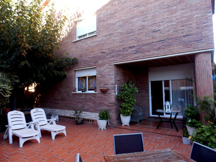 En el mismo casco urbano del Masnou, tenemos una casa a 4 vientos de 400 metros construidos sobre parcela de 435m. A nivel jardín se encuentra el salón comedor a dos niveles con chimenea y salida a un porche y al jardín con piscina particular, 1 cocina office y 1 aseo de cortesía.