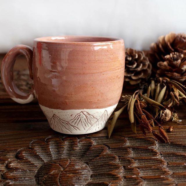 Dağlar bardağı: kırmızı çamur, beyaz slip, Kaçkar hatıraları. Sipariş vermek isterseniz yasayanseyler@gmail.com #cup #mountain #handmade #ceramics #custommade