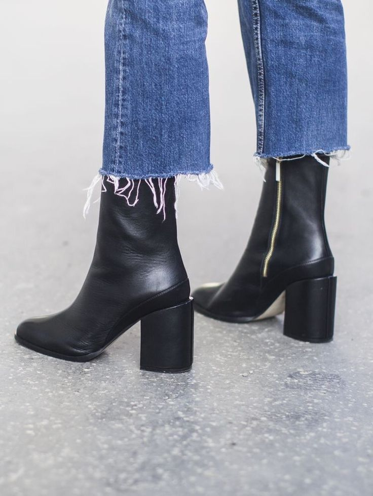 """Es la nueva """"fashion formula"""" favorita para este invierno. Jeans hasta el tobillo y """"booties"""" parecen ser la dupla perfecta e ideal para lucir con el mejor look nuestros botines favoritos. La clave de este look es lograrlo con jeans que tengan terminación acampanada y ojalá con las bastas rasgadas, por tanto la invitación es a dejar de lado por un tiempo los pitillos o..."""