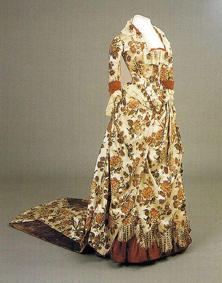 Платье визитное императрицы Марии Федоровны1880-е гг. Фирма Ворт. Париж. Белый атлас.