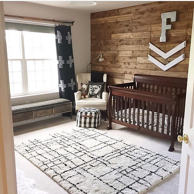 This #woodland nursery is just full of special treasures for different family members: A wooden wall for dad who's an arborist and the curtain rod was a pole pruner from @ladyslittleloves grandfather!