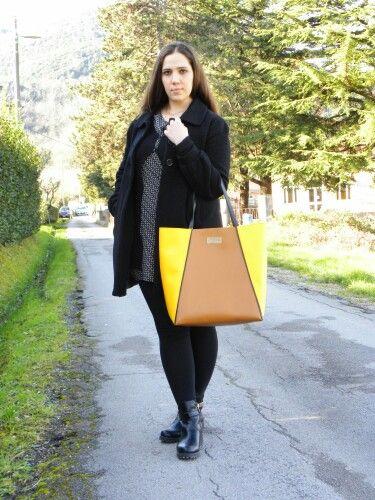 New on #angieclausblog La maxi bag in pelle bicolore BE  #angieclausblog #newpost #newoutfit #fashion #fashionblogger #maxibag #borsa #BE #BEdress #blusa #floral #leggings #hm #italianfashionblogger http://angieclausblog.com/2015/02/10/be-maxi-borsa-in-pelle-bicolore-scontatissima/