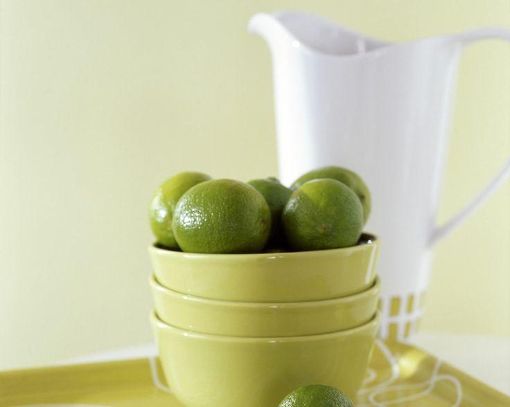Donnez du peps à votre espace avec un citron vert acidulé. Créez une ambiance rafraîchissante dans une cuisine - salle à manger avec des tons vert citron et donnez de la profondeur grâce aux accessoires.