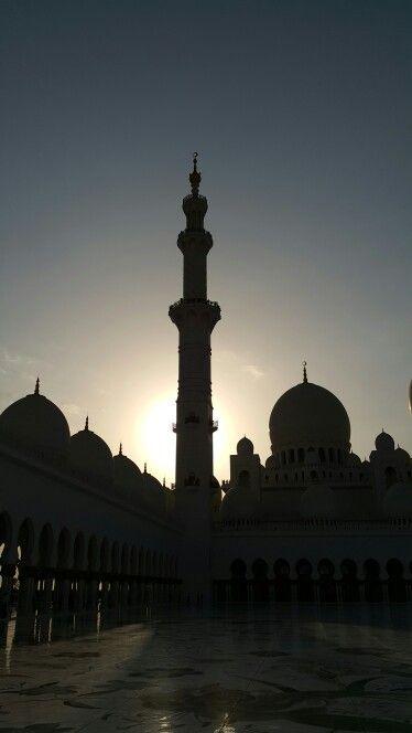 Maailman suurin moskeija. auringonlasku