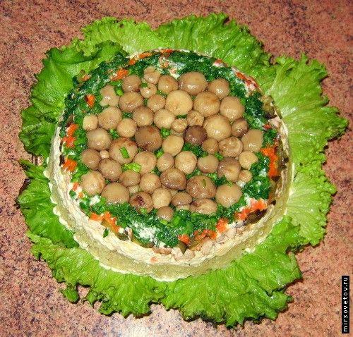 Салат из маринованых огурцов, грибов и отварной картошки