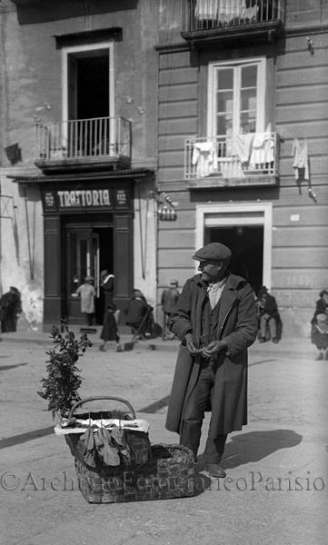 Naples street food -  'o panino e 'a ricotta! Favurite! Napoli, venditore ambulante Fondo Troncone 1932