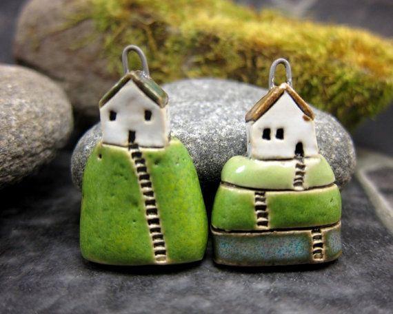 Hilltop Cottage... Moosigen Hügel... Porzellananhänger von elukka