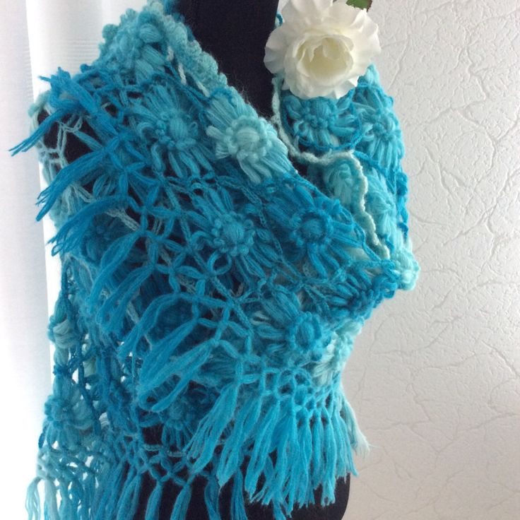 Nu met 10 % korting tijdens mijn expositie in de bibliotheek met volgende kortingscode 👉 EXPOBIBLIOAPRIL Turkoise overlopende kleuren gehaakte  bloemen sjaal. Crochet Shawl with profit and flowers 🌺
