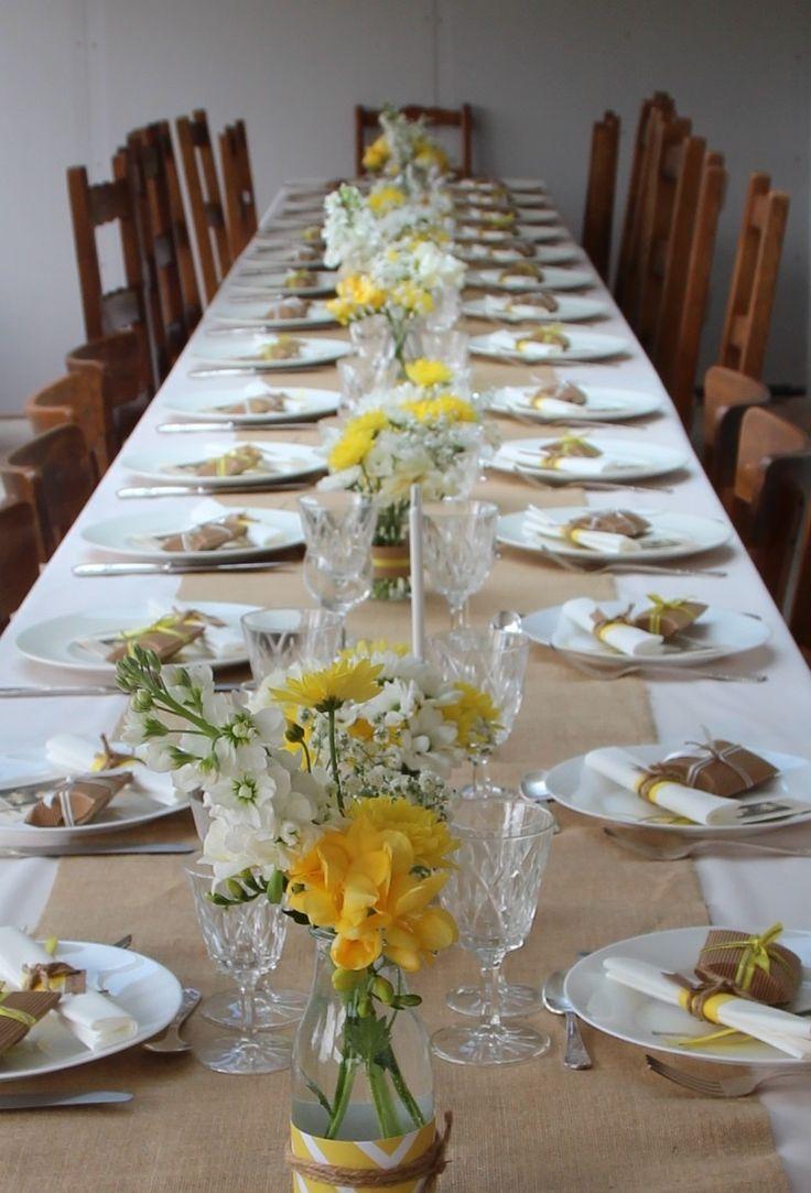 Pour la communion de mon fils âgé de 10 ans, j'ai choisi une décoration simple et épurée où le blanc se marie avec le jaune et la toile de jute. Vaisselle blanche, verres et vases en verre dépareillés, couverts en argenterie et petits bouquets de fleurs...