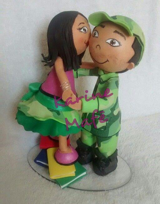 Casal fofucho fofucha beijo abraço livros boné quartel militar eva E.V.A manualidades goma eva