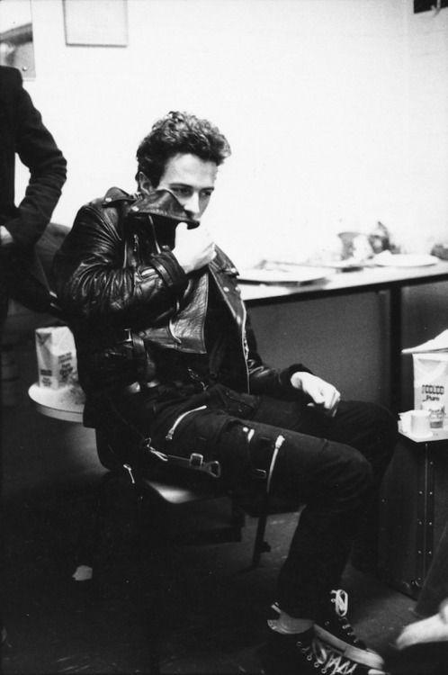 The Clash Joe Strummer photo by Pennie Smith ca 1977_78 ... Follow - > www.songssmiths.wordpress.com Like -> www.facebook.com/songssmithssongssmiths